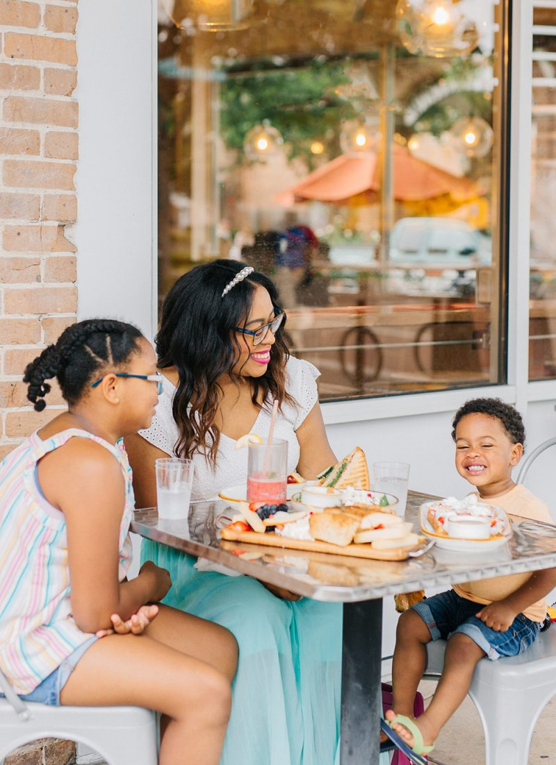 Tips For Eating with Kids While Traveling
